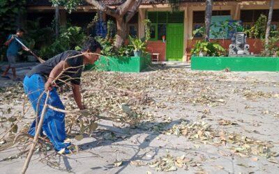 Menjaga kebersihan sekolah di masa Pandemi